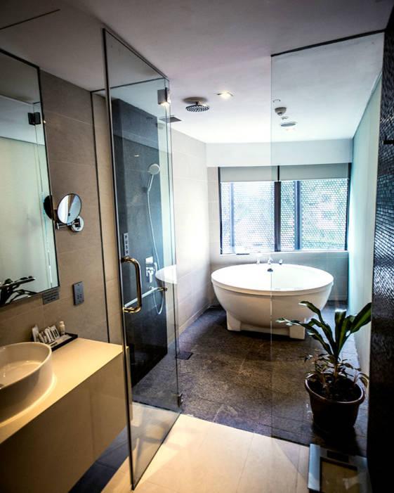 wangz hotel singapore large bathtub couples