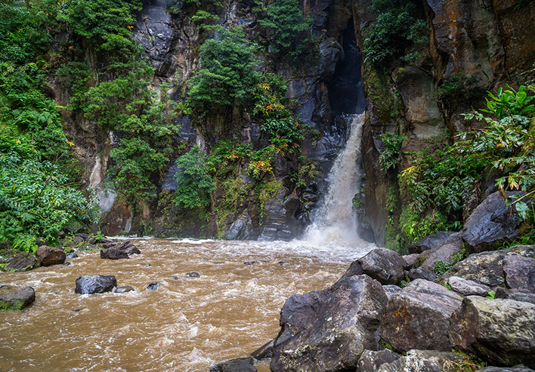The waterfall of Salto Do Cabrito, with rocks in the foreground.