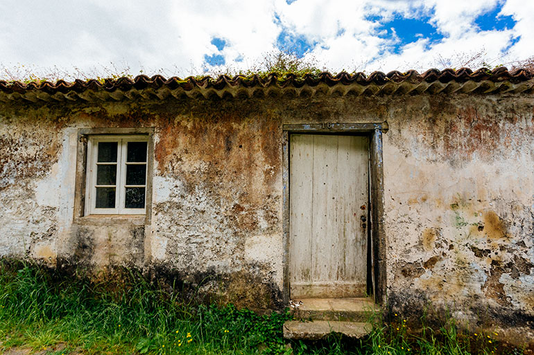 An abandoned old home in the village of Sanguinho.