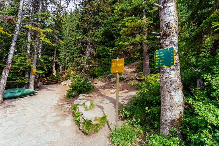 A trail marker next to the Lake Agnes Teahouse.