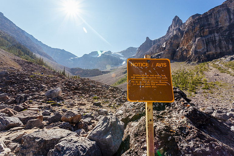 A sign warns that this is the end of the maintained trail.