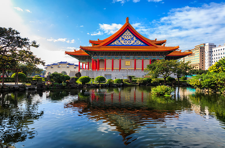 CKS Memorial Hall, National Theater and Gunghua Pond.