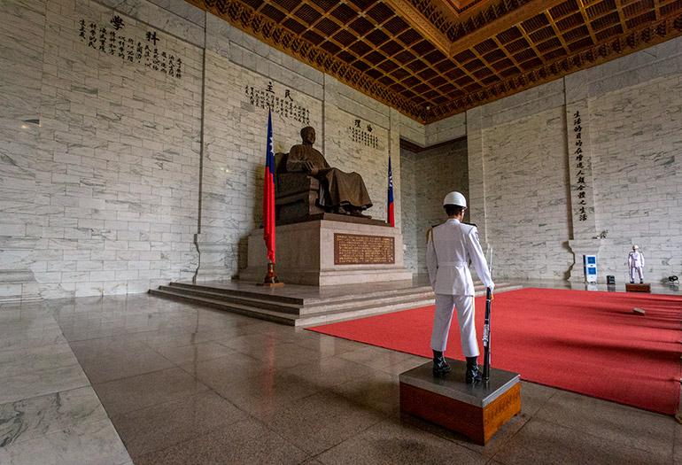 The guard at Chiang Kai Shek Memorial Hall Statue